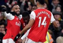 Nicolas Pepe (tengah) merayakan golnya bersama Alexandre Lacazette dan Aubameyang. Arsenal menang 2-0 atas MU di Stadion Emirates, London. (Foto: Prmeierleague.com).