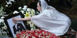 Bunga Citra Lestari tampak memegang foto sang suami Ashraf Sinclair. (Foto: Fanny Kusumawardhani/kumparan)