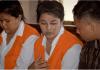 Sanicha Maneetes (kiri) dan Kasarin Khamkhao (tengah) dalam persidangan di pengadilan Denpasar, Bali, Kamis (27/2/2020). Foto: AFP via SCMP