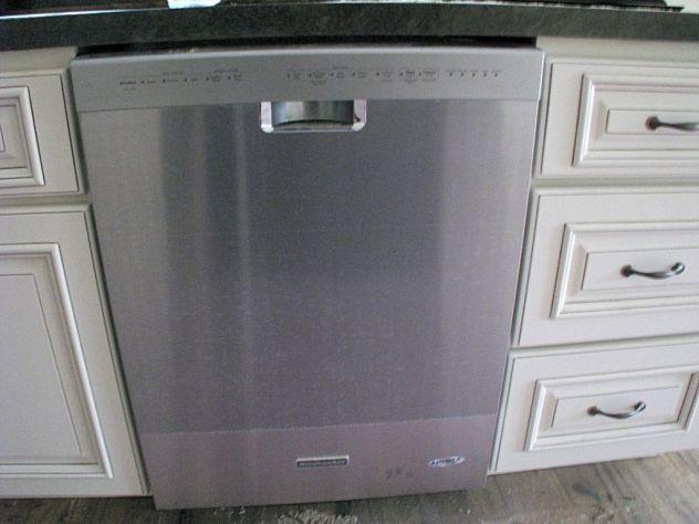 2433 Kitchen dishwasher