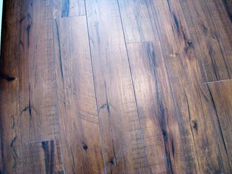 2518 Laminate kitchen and dining room flooring