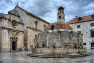 Onofrio Fountain and St Saviour's Church