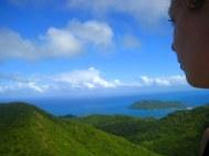 The Peak (360m), hoogste punt archipel. Santa Catalina op de achtergrond. Uitzicht = zee...