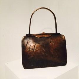 """""""Olaga vapeninnehav 4"""" Väska i brons. Tillverkas i serier på beställning."""