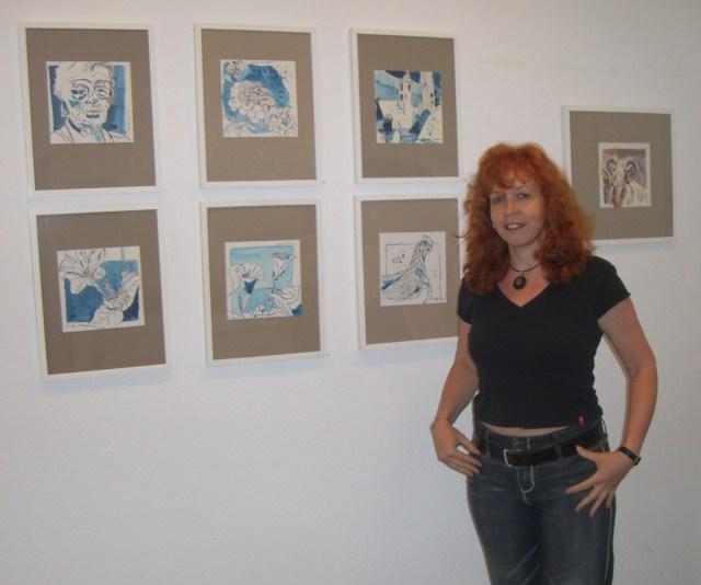 Susanne Haun vor ihren Bildern in der Ausstellung in der Galerie Pillango