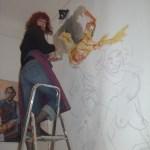 """Susanne Haun 2007 beim Malen auf Leinwand an ihrer """"alten"""" Atelierwand"""
