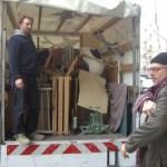 Georges und Daniel beladen den Wagen in der Martin-Opitz-Str.