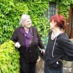 Fröhliches Gespräch am Weinumrankten Haus - Foto von Susanne Haun