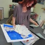 Conny schaut sich meine Zeichnungen an - Foto von Susanne Haun