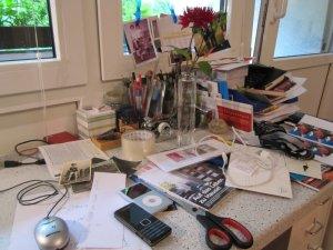 Rote Chrysantheme im Schreibtischchaos - Foto von Susanne Haun