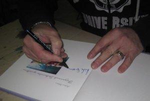 """Andreas signiert """"mein Buch"""" - Foto von Susanne Haun"""