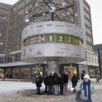 Die berühmte Weltuhr dient als großer Regenschirm - Foto von Susanne Haun