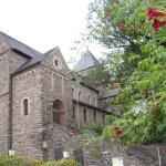 Die Kirche in Altenahr mit wunderschönen Trompetenblumen im Vordergrund - Foto von Susanne Haun