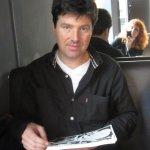 Diarmuid schaut meine Zeichnungen - ich fotografiere (im Spiegel) - Foto von Susanne Haun