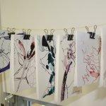 Ich habe auf beiden Seiten Zeichnungen an die Klammern gehangen - Foto von Susanne Haun