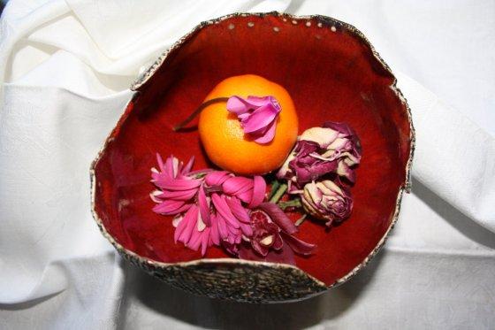 Stillleben mit verblühten Blüten und Mandarine - Foto von Susanne Haun