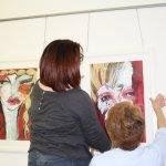 Ingrid und Helga hängen Oxanas Bilder - Foto von Susanne Haun