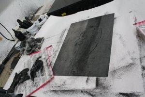 Die Farbe reibt sich gut auf der lauwarmen Wärmeplatte ein - Foto von Susanne Haun