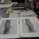 Ich ziehe nach dem ersten Probedruck noch einige Kaltnadellinien - Foto von Susanne Haun