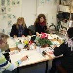 Kurs A - Blumenstücke, meine Schülerinnen arbeiten konzentriert (c) Foto von Susanne Haun