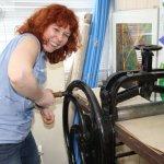 Susanne Haun strengt sich beim Drehen der Radierkurbel an (c) Foto von Cordula Kerlikowski (2)