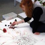Weitere Arbeiten von Susanne Haun an der roten Blume 115 x 115 cm (c) Foto von Susanne Bröer