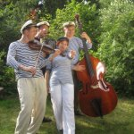 Cordula bekommt ein besonderes Foto von dem Trio Scho und Chanson-Nette (c) Foto von Cordula