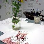 Das Efeu wächst um die gelbe Blumen (c) Foto von Susanne Haun