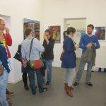 Im Vernissageraum mit Bildern von Conrad Panzner (c) Foto von Susanne Haun