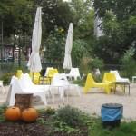 Stühle auf der Friedrichstraße (c) Foto von Susanne Haun