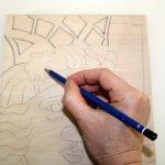 Ich zeichne das Motiv vereinfacht für den Schnitt auf das Holz (c) Foto von Susanne Haun