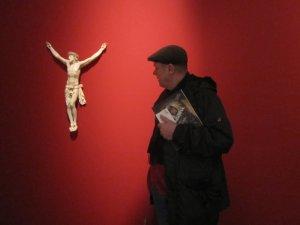 Jürgen bestaunt die Dinge der Wunderkammer (c) Foto von Susanne Haun