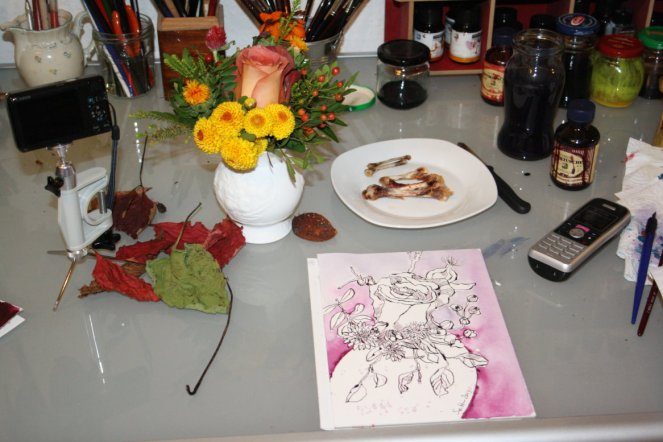 Mein Arbeitsplatz mit Blumen Greta (c) Zeichnung von Susanne Haun