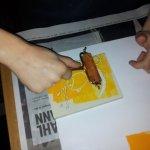 Einrollen des Gummiblock von L. (9 Jahre) mit Farbe (c) Foto von Susanne Haun