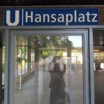 Ausgang U-Bahnhof Hansaplatz mit Spiegelung meiner selbst (c) Foto von Susanne Haun