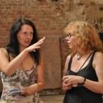 Elke Thiele interviewt Susanne Haun bei der Ausstellungseröffnung Artenvielfalt (c) Foto von M.Fanke