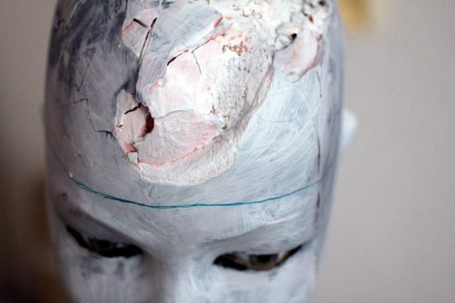 Zerstörung Torso mit Kopf - Zeichnung auf Objekt von Susanne Haun