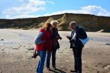 Wir besprechen unsere Schätze - Happisburgh Strand (c) Foto von M.Fanke