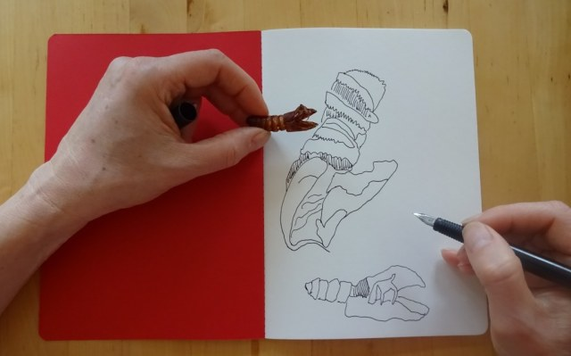 Susanne Haun skizziert eine Puppe (c) Foto von M.Fanke