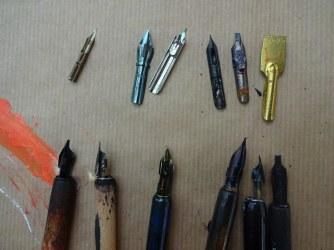 Verschiedene Federn zum Probieren im Workshop Stilleben mit Tusche zeichnen und kolorieren (c) Foto von Susanne Haun