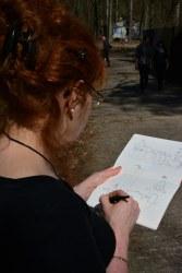 Susanne Haun zeichnet auf dem Gelände der Beelitz Heilstätten (c) Foto von M.Fanke