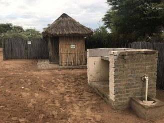 Auf dem Campingplatz gab es neben der Toilette in der hinteren Hütte auch einen Grillplatz (c) Foto von Susanne Haun