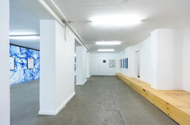 Ausstellungsbereich unter der Aussegnungshalle (c) Galerie Ebensperger