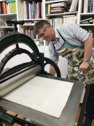 Herr Rees an der Radierpresse im Seminar Druckgraphik (c) Foto von Susanne Haun