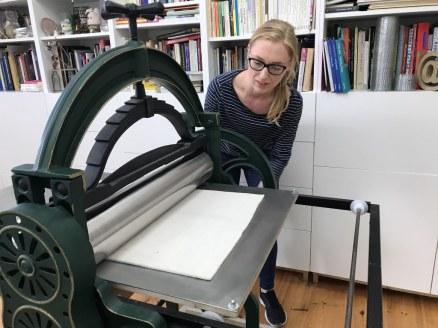 Patricia im Seminar Druckgraphik bei (c) Susanne Haun