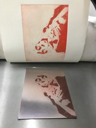 Workshop Radierung im Atelier - Meike Lander druckt die erste Farbplatte rot - Dozentin Susanne Haun (c) VG Bild Kunst, Bonn 2018