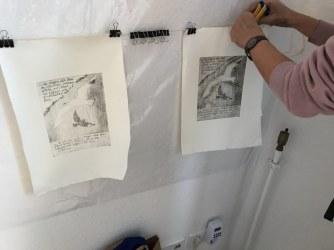 Workshop Radierung im Atelier - Elke hängt ihre Ergebnisse an die Wand - Dozentin Susanne Haun (c) VG Bild Kunst, Bonn 2018