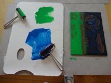 Die Linolplatten sind bereit für die nächste Farbschicht - Blau und Grün, Foto von Susanne Haun (c) VG Bild-Kunst, Bonn 2019