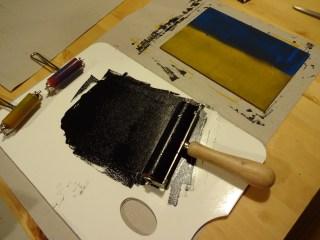 Auftragen der Farbe auf die Linolplatte, Susanne Haun (c) VG Bild-Kunst, Bonn 2019