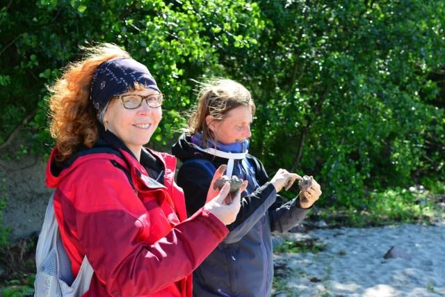 Künstlerinnen Kerstin Mempel und Susanne Haun beim Modellieren an der Küste von Eckernförde (c) Foto von M.Fanke